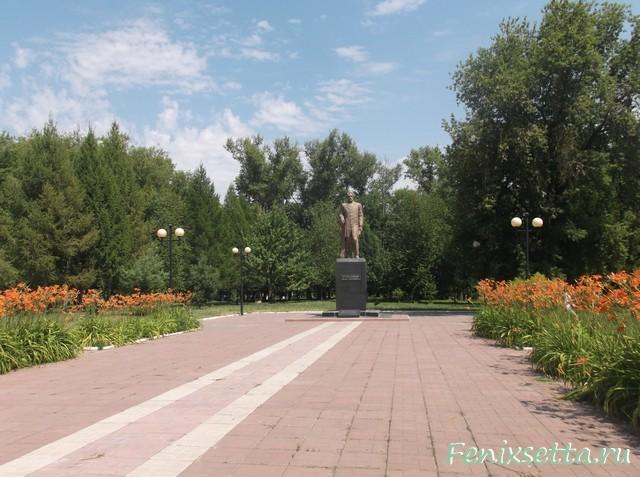 Памятник И.С.Тургеневу в  городском парке Мценска